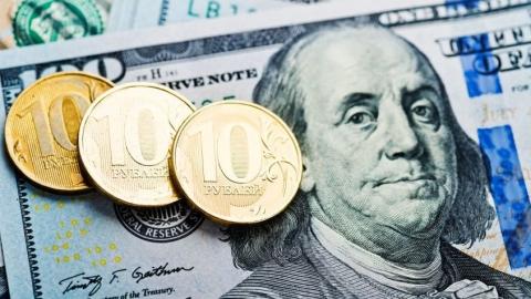 Динамику курса российского рубля назвали неоднозначной