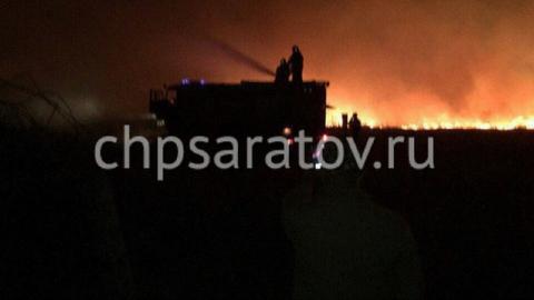 Под Татищево природный пожар перекинулся на дачные постройки