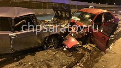 Двое водителей пострадали в лобовом столкновении легковушек в Саратове