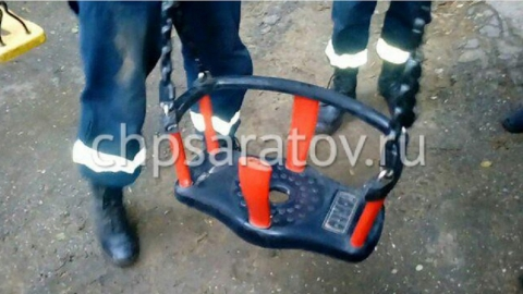 В Саратове застрявшую в качелях девочку освободили спасатели