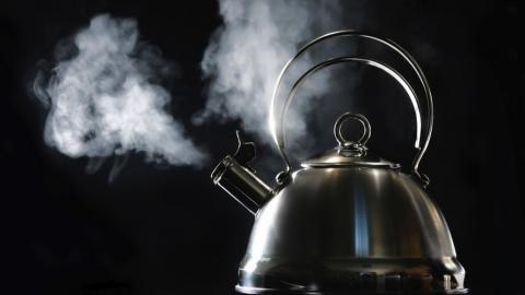 В Саратове младенец обварился кипятком из чайника