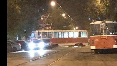В центре Саратова трамвай сошел с рельсов и чуть не врезался в дом