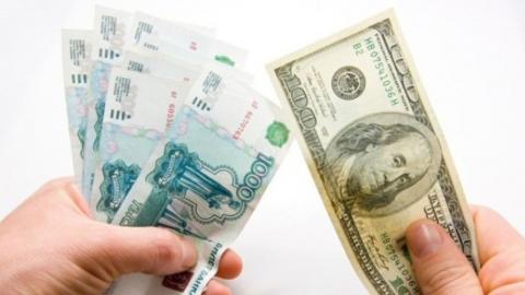 Рубль укрепляется на фоне стабильных цен на нефть и ослабленного доллара