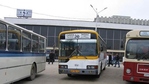 На Московской в автобусе Саратов-Энгельс упал пассажир