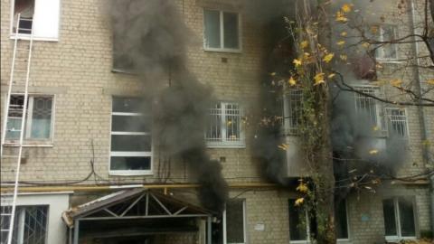 Из горящей пятиэтажки в Саратове вывели четверых детей и 10 взрослых