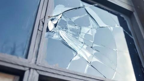 "Саратовец разбил окно и ограбил ""Платеж центр"""