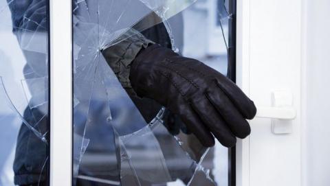 Саратовец проник в дом к пожилой женщине и похитил деньги, коньяк и конфеты