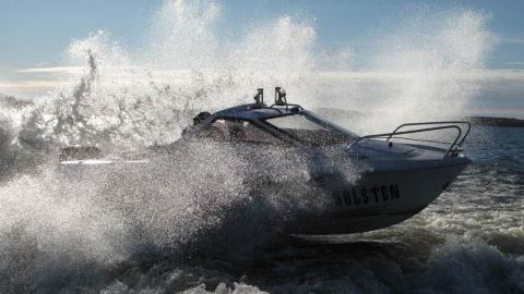В Саратове катер с четырьмя пассажирами застрял посередине Волги