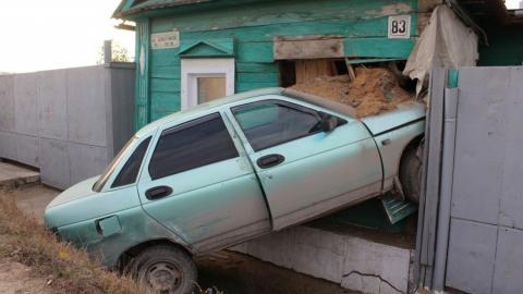 """В Вольске водитель """"десятки"""" протаранил жилой дом и сбежал"""