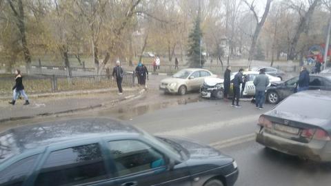 Таксист оказался зажат вмашине после ДТП напроспекте 50-лет Октября