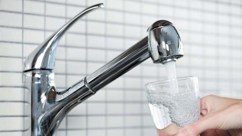 Горячую воду в поселке Комсомольский отключили из-за ремонта на сетях холодного водоснабжения