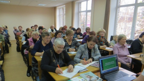 Сотрудники Сбербанка рассказали саратовским пенсионерам о финансовой безопасности