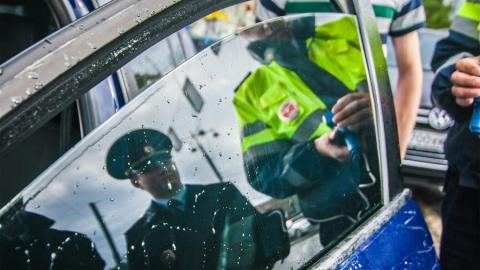 Двух саратовцев арестовали за отказ растонировать машину