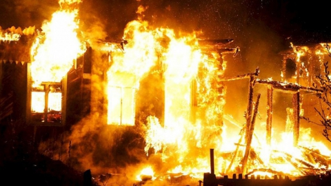 ВНовоузенске шесть человек тушили горящий дом