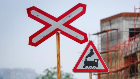 В Заводском районе временно закрывается железнодорожный переезд