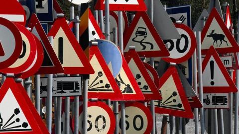 В Российской Федерации уменьшат размер уличных знаков