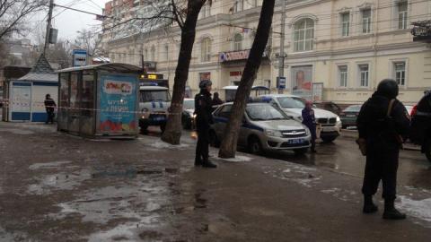 В Саратове из-за брошенных на остановке сумок перекрывали центр города