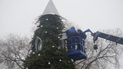 """В городском парке установили """"трехэтажную"""" елку в виде замка"""