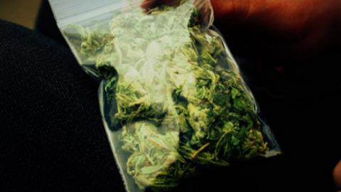 Саратовцу накладбище оставили наркотики