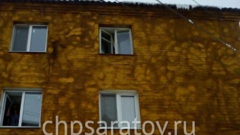 Житель Вольска поправлял антенну и сорвался с крыши пятиэтажки