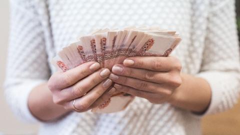 Вцентре Саратова вооруженный уголовник похитил уженщины 1 млн руб.
