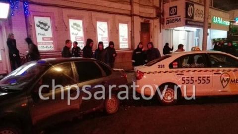 В центре Саратова произошла массовая авария с участием машины такси
