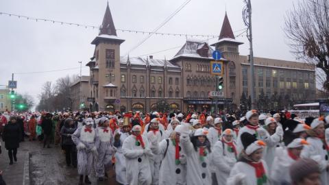 В Саратове стартовало новогоднее шествие снеговиков