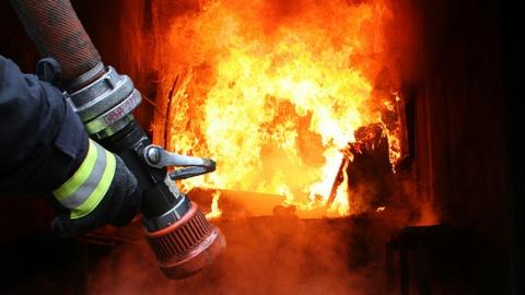 """Пожарные пять часов тушили пожар на базе отдыха """"Ассамблея"""" под Энгельсом"""