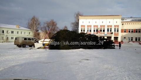 На площади в Лысых Горах упала новогодняя елка