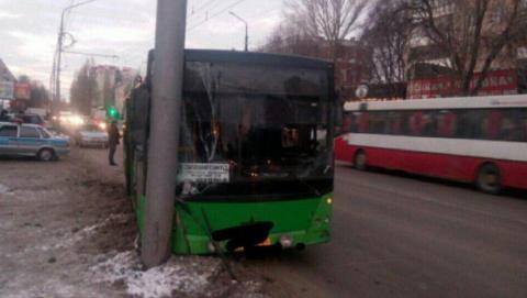 В Саратове автобус №2д врезался в столб, пострадали три человека