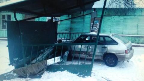 """В Балашове """"четырнадцатая"""" въехала в автобусную остановку, пострадал ребенок"""