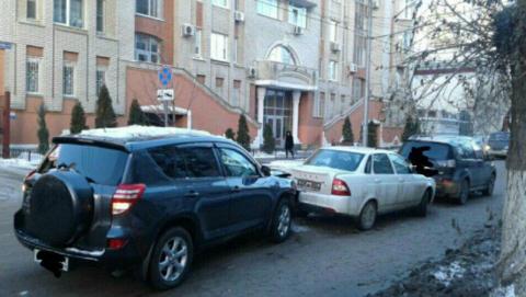После тройной аварии в центре Саратова госпитализирована женщина