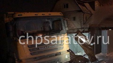 В Саратове фура без тормозов протаранила забор и вырвала газовую трубу