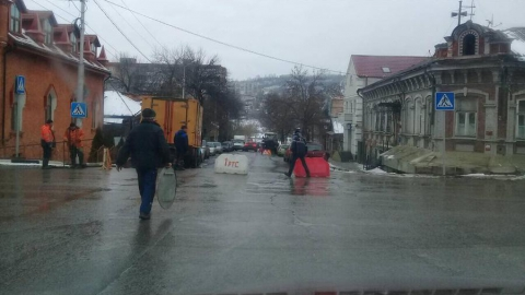 Улицу Октябрьскую перекрыли из-за работ коммунальщиков