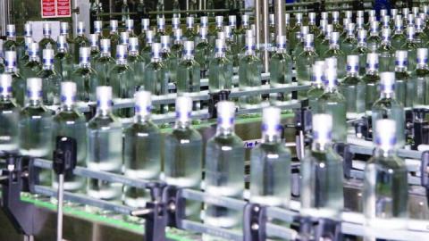 Сотрудники ФСБ обнаружили подпольный алкогольный завод и 50 тонн спирта