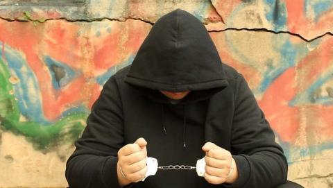 Подростки отобрали куртку и телефон у жителя Петровска