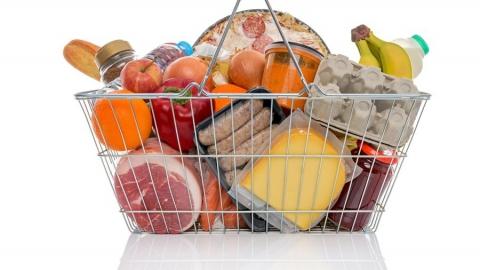 Парень удалился скорзинкой, полной продуктов, изсупермаркета вПугачеве