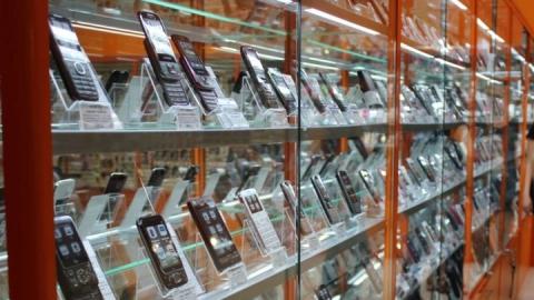 Уроженец Камышина похитил семь телефонов из салона в Саратове