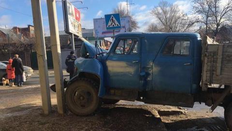 В Саратове водитель грузовика после столкновения с легковушкой сбил девочку на тротуаре