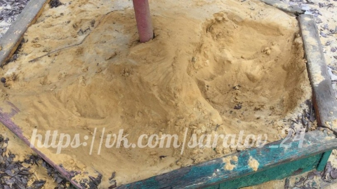 В Ленинском районе обледеневшие улицы посыпают песком с детской площадки