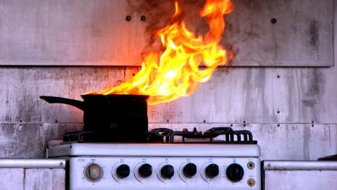 В Саратове пенсионерка отравилась дымом на пожаре в своей квартире
