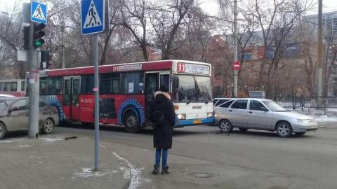 """На Астраханской столкнулись """"двенадцатая"""" и автобус №11"""