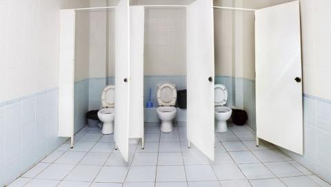 Подростка из Энгельса подозревают в ограблении молодого человека в туалете