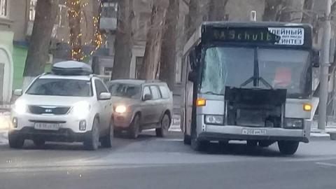 """На Энтузиастов рейсовый автобус въехал в """"КамАЗ"""""""
