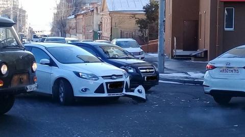 На перекрестке Мичурина и Первомайской столкнулись две иномарки