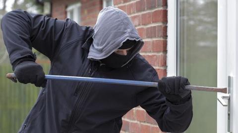 В Балаково безработный незаконно проник на мебельную фабрику и похитил деньги и сканер