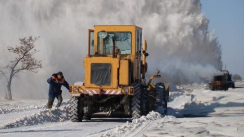 Для очистки дорог от снега начали привлекать сельскохозяйственную технику