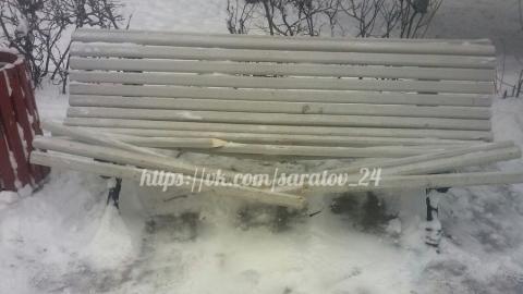 Вандалы сломали лавочки в сквере на 2-й Садовой