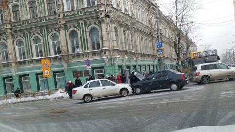 "В центре Саратова столкнулись ""Гранта"" и ""Рено"""
