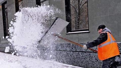 Центр Саратова убирают от снега 130 дворников